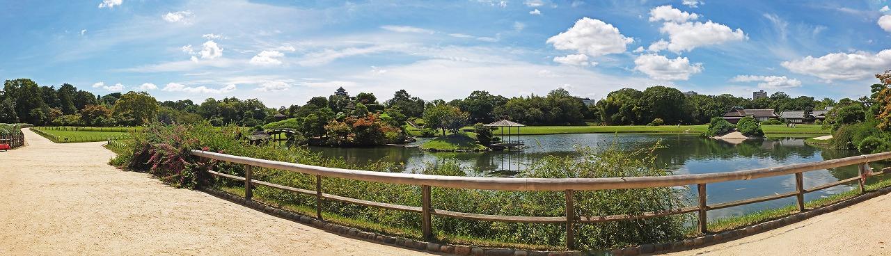s-20140912 後楽園園内沢の池秋空のワイド風景 (1)