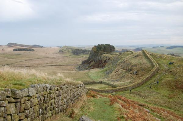 750px-Hadrian+s_Wall_west_of_Housesteads_3_convert_20140607001334.jpg