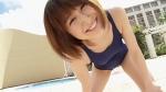 おかもとまり セクシー 競泳水着 おっぱいの谷間 前屈み プールサイド 誘惑 女芸人 ものまねタレント DVDキャプチャー エロかわいい画像55