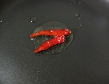 鶏肉とくるみのピリ辛炒め 調理①