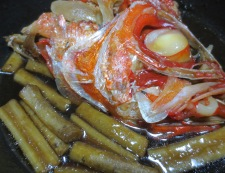 金目鯛のアラとごぼうの煮付け 調理②