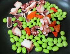 タコと枝豆のガーリックマヨ炒め 調理②