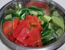 トマトとおくらの柚子胡椒ポン酢和え 調理