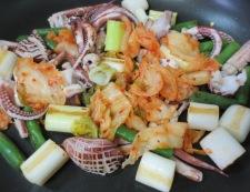 イカゲソとキムチのオイスターソース炒め 調理③