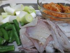 イカゲソとキムチのオイスターソース炒め 【下準備】①
