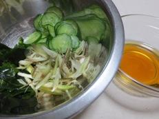 秋みょうがときゅうりの酢の物 調理