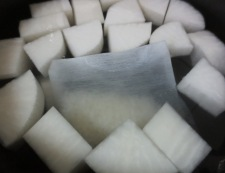大根とベーコンの旨煮 【下準備】①
