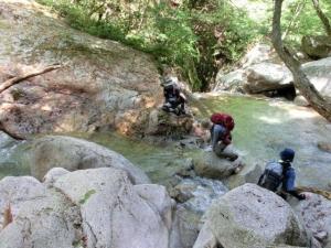 川を渡る登山者