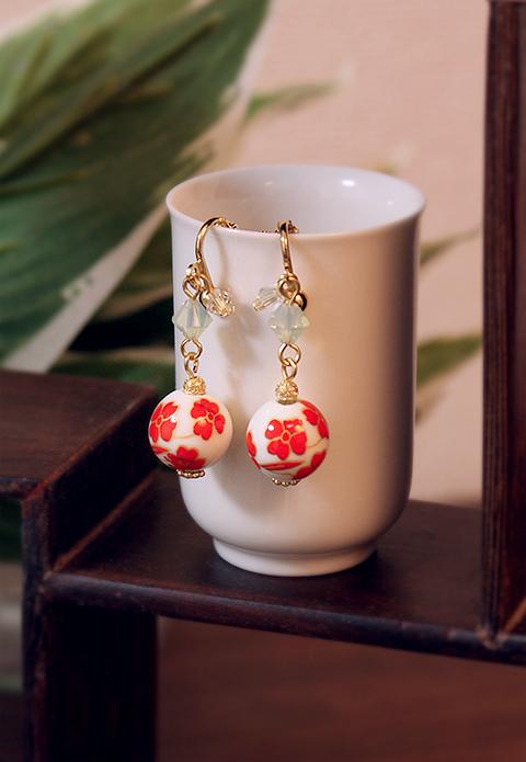 中国陶器ビーズのイヤリング 朱花
