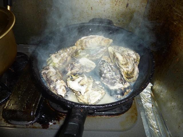 フライパンで牡蠣を焼く
