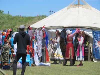 モンゴル衣装試着の風景