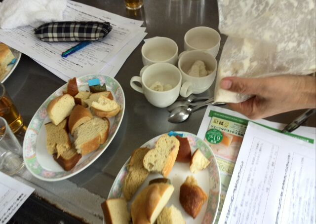 12種のパンを食べ比べ、アンケートもしっかり記入です。