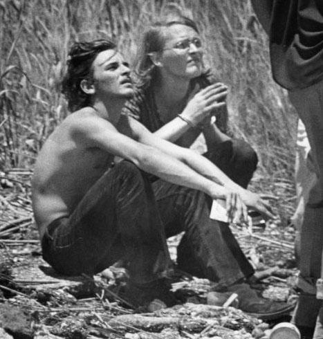捜査に協力しているウェイン(左)とデヴィット
