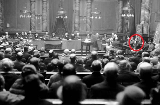 盗み撮りされた裁判。赤丸がハールマン