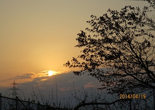 日の出は雲の峰から