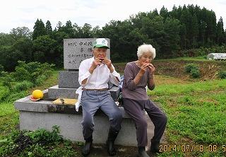 墓前で西瓜