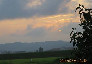 雲の嶺に夕陽沈む