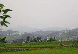 かすむ牛岳