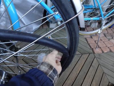 004チューブとタイヤをはめます