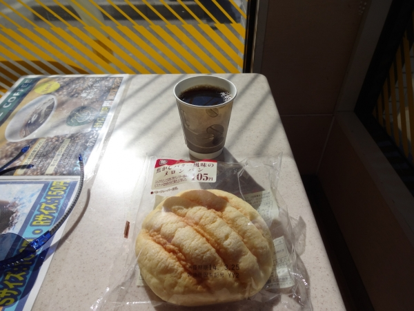 021メロンパンとホットコーヒーを補給
