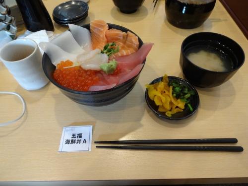 023昼食は市場の中の海鮮処海門さんの五福海鮮丼