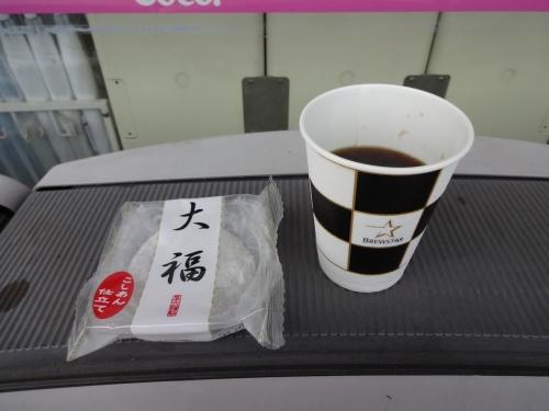 025管理人は大福とホットコーヒー