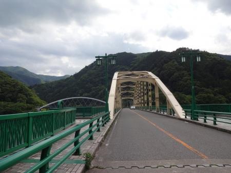 023橋を渡り