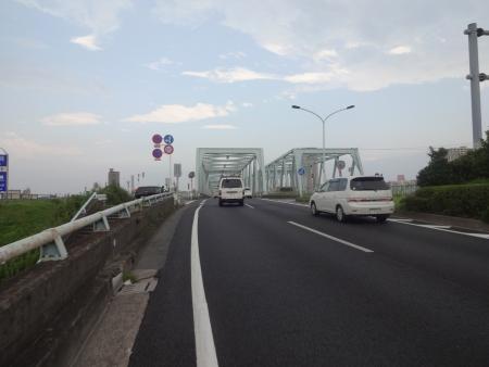 056そして市川橋、頭上は怪しい雲