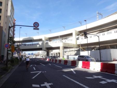 022新装なった京急蒲田駅を通過