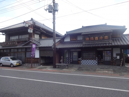 018古い建物が二件、左側の建物は活版所の看板です