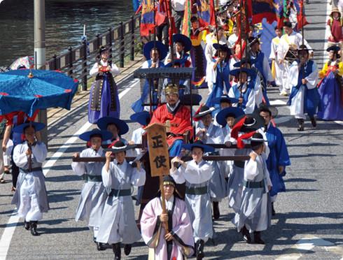 対馬市で毎年8月に開かれる日韓交流イベント「対馬厳原港まつり」対馬アリラン祭のメーン行事「朝鮮通信使行列」