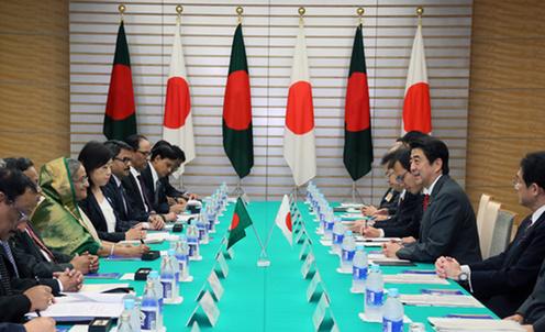 来日中のバングラデシュのシェイク・ハシナ首相は27日、東京都内の早稲田大学で講演し、父親で初代大統領などを務めたラーマン氏が、独立に伴う1972年の国旗制定時に「日本に魅せられ、日の丸のデザインを取り