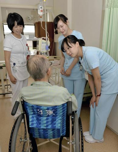 先輩の看護師と病室を巡回する(右から)中国人准看護師の徐亜さんと黄亜さん(20日、東京都世田谷区の玉川病院で)
