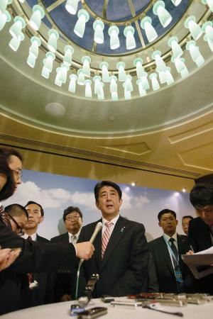 シンガポールの統合型リゾート施設を視察し、記者の質問に答える安倍首相=5月30日(共同)