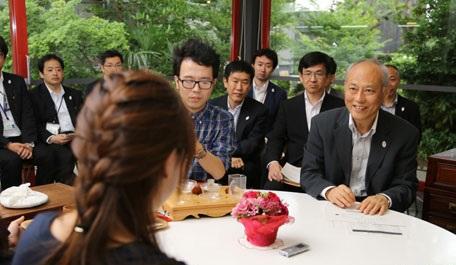 日中】舛添要一・東京都知事、中国人留学生と座談会…家賃の一部免除など、一部留学生に優遇措置を検討