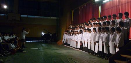 学年劇の合唱のシーン。3年生全員が何らかの形で参加した=平成25年9月