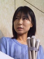 報道陣の質問に答える塩村文夏議員=都議会で2014年6月19日、武本光政撮影