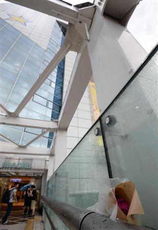 男性が焼身自殺を図ったJR新宿駅南口付近の横断橋。鉄筋には黒いすすが残り、花束も置かれていた=29日午後、東京都新宿区 (川口良介撮影)