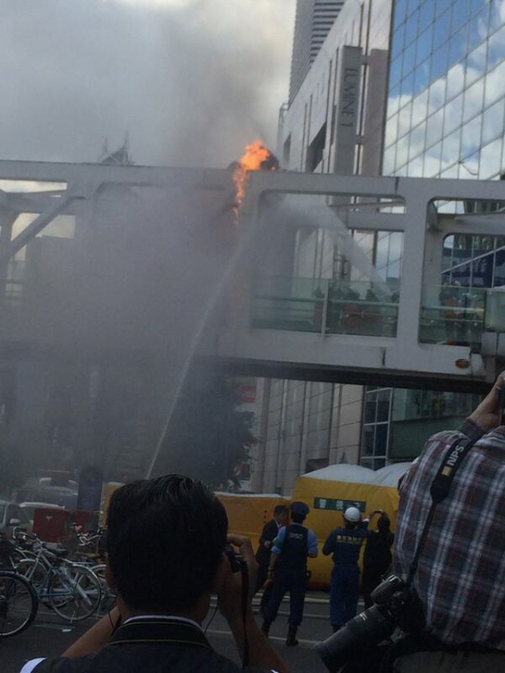 新宿南口で男性が焼身自殺図る「集団的自衛権の行使容認に反対」演説後・焼身自殺のふり?マジキチ左翼の卑劣なテロ行為に屈するな!