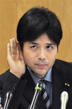 1日の記者会見で、記者の質問を聞く野々村竜太郎兵庫県議=神戸市