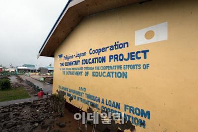 復旧前日の丸から太極旗に!日本の支援で作られたフィリピンの小学校・韓国軍が補修の補助をして塗り替え