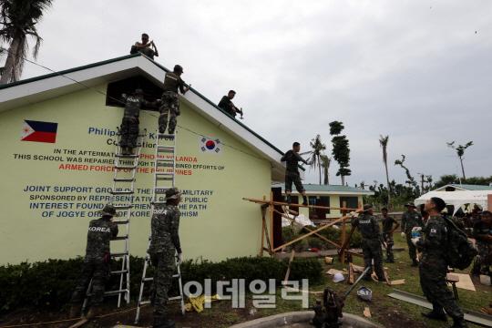 日本支援で建設の比校舎、日の丸が韓国国旗に 台風支援の韓国軍が塗り替える