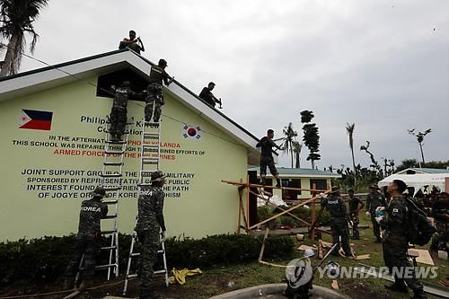 「3市で復旧作業を行い、14の学校の屋根や窓を修理した後、太極旗を描いた」と報告。←順番違うよな