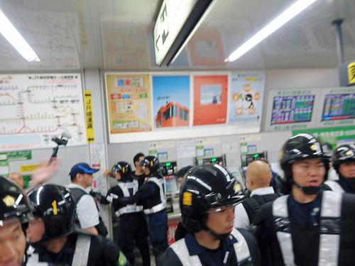 デモが終了した後も、西川口駅までストーカー行為を続けるしばき隊ども。