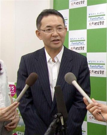 使用期限切れの鶏肉を販売していた問題で、報道陣の質問に答えるファミリーマートの中山勇社長=23日午前、東京都豊島区.