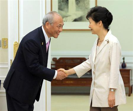 会談を前に握手する東京都の舛添要一知事と朴槿恵大統領=25日、ソウルの青瓦台(聯合=共同)
