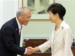 朴大統領に対する舛添都知事の卑屈な態度で、リコール論までもが浮上している=25日(聯合=共同)