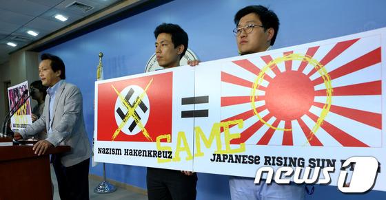 2012年8月29日、韓国の国会議員「第2次世界大戦当時に日本軍が使用した旭日旗は、独ナチスの文様(ハーケンクロイツ)に例えられる帝国主義と軍国主義の象徴」と非難。