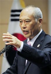 朴大統領に対する舛添都知事の卑屈な態度で会った後、ソウル大で講演する東京都の舛添要一知事=25日、ソウル(共同)