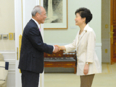 握手を交わす舛添要一・東京都知事(左)と韓国の朴槿恵大統領=2014年7月25日、韓国大統領府、東亜日報提供